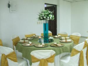 Boda blanco verde y dorado festejos 5