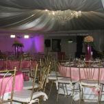 local con mesas rosa