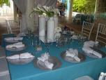 3 mesa con platos plateados
